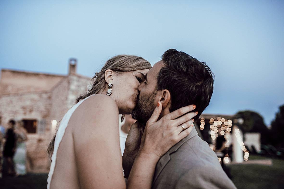 wedding photographers mallorca love kiss