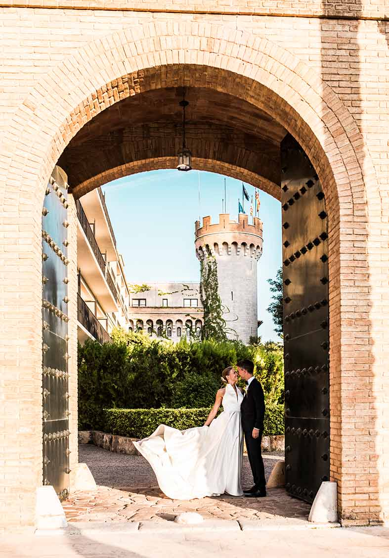wedding in castillo hotel son vida door
