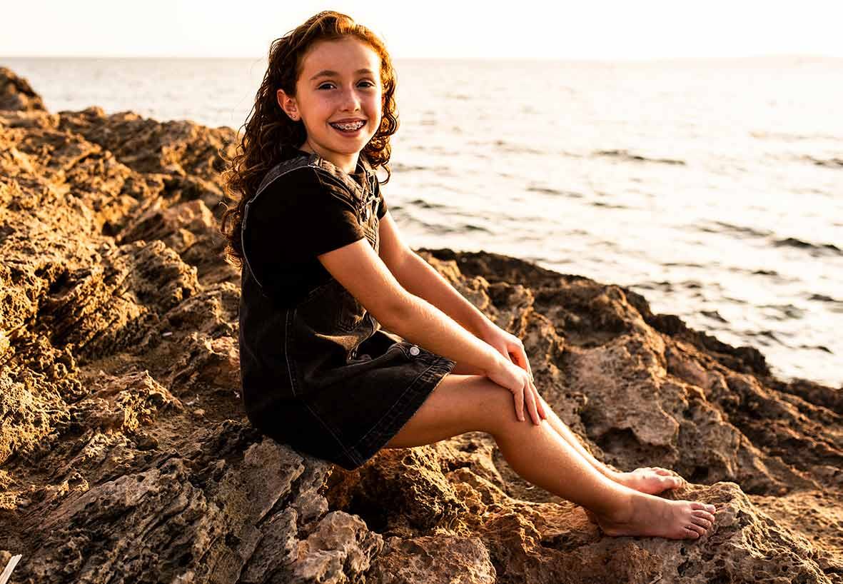 """ALT""children's photographer in Mallorca on rocks"""