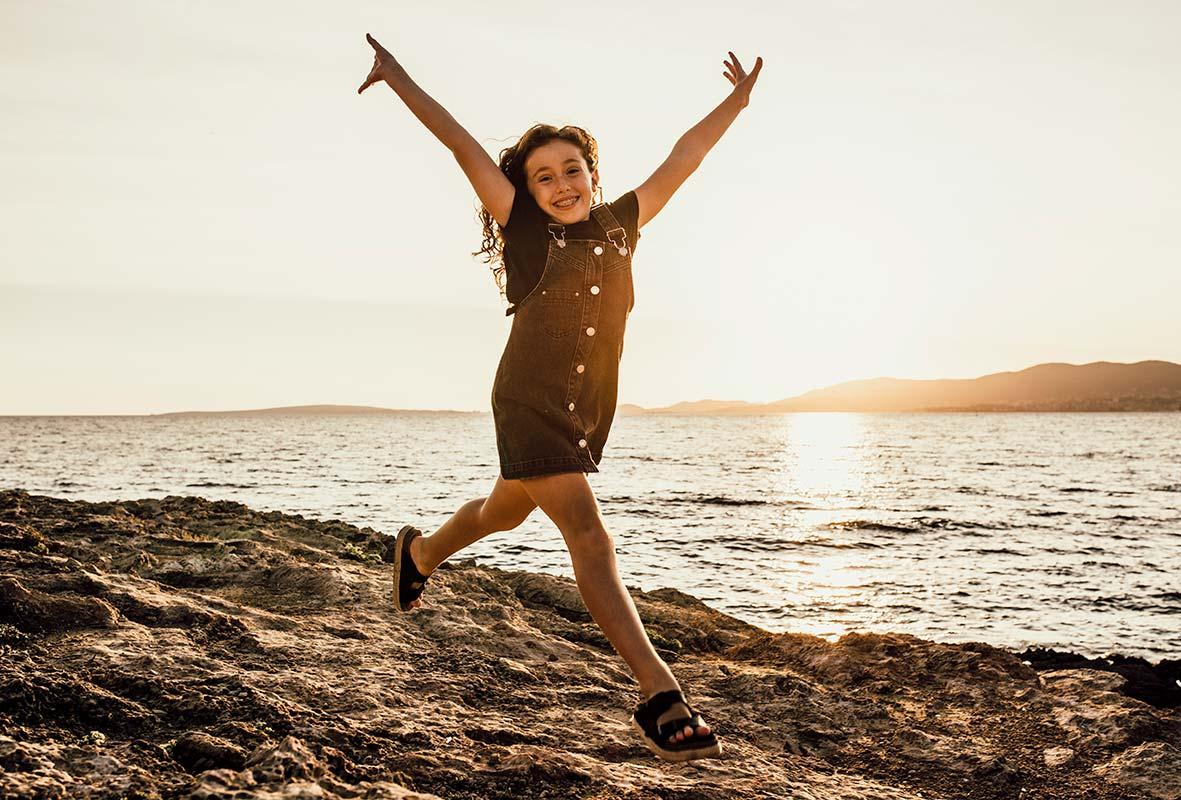 """ALT""children's photographer in Mallorca happy jump"""