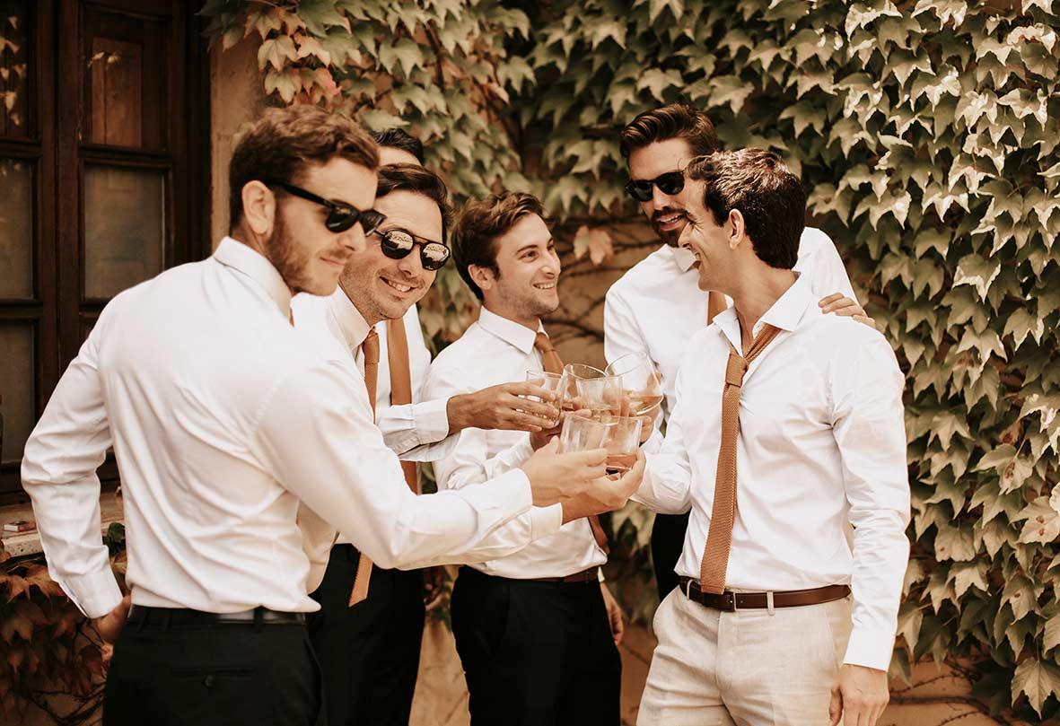 """ALT""fotógrafo de boda finca comassema padrinos con whisky"""